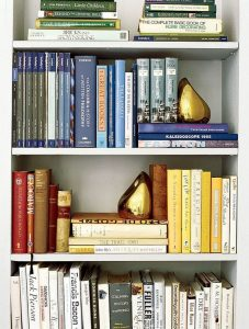 18 Bookshelf Organization Ideas 12